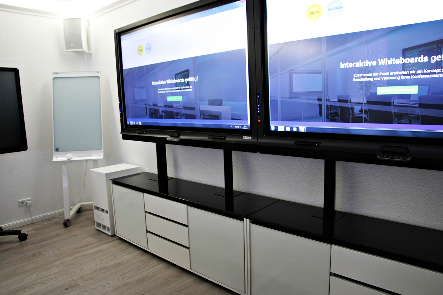 Showroom_display-wall_lcd-media_Hamburg.jpg