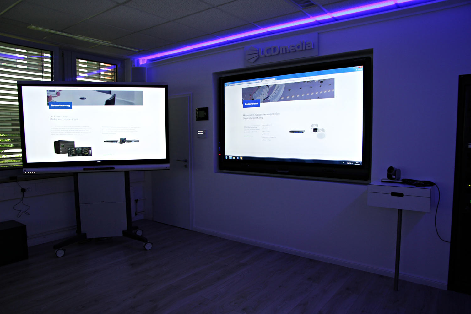 Showroom_konferenzroom-violett-light_lcd-media_Hamburg.jpg